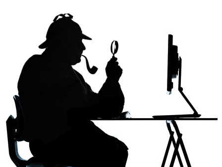 Sherlock mira con lupa una pantalla